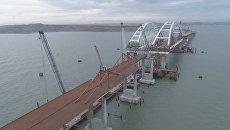 Крымский мост с установленными опорами автодорожной части. Съемка с коптера
