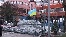 Мешки с песком и колючая проволока: в Киеве неизвестные заблокировали канал NewsOne