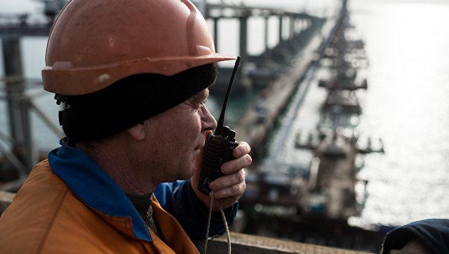 Рабочий на строительстве моста