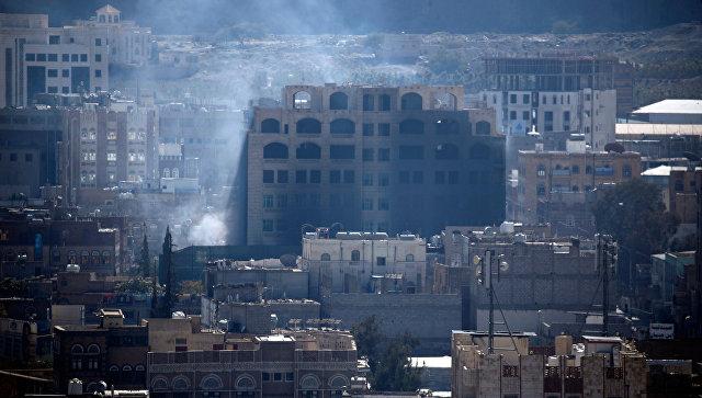 Дым в столице Йемена Сана во время столкновений между повстанцами и сторонниками экс-президента Йемена Али Абдаллы Салеха. 3 декабря 2017