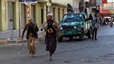 Повстанцы недалеко от резиденции президента Йемена Али Абдаллы Салеха в Сане. Архивное фото