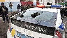 Автомобиль полиции Украины с разбитым задним стеклом в центре Киева. Архивное фото