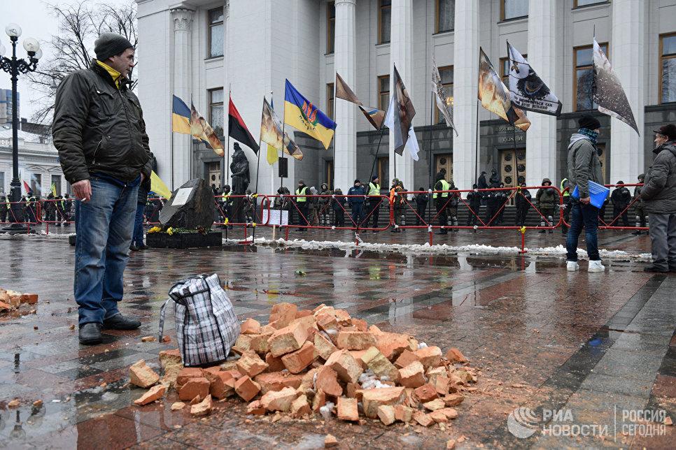Сторонники Михаила Саакашвили у здания Верховной Рады Украины в Киеве. 6 декабря 2017