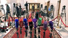 Микрофоны и телекамеры в Государственной Думе РФ. Архивное фото
