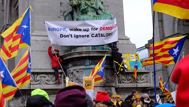 Участники демонстрации каталонцев в поддержку бывшего председателя правительства Каталонии Карлеса Пучдемона в Брюсселе. 7 декабря 2017