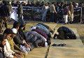 Сторонники пакистанской религиозной партии молятся перед антиамериканским митингом в Исламабаде. 7 декабря 2017