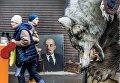 Волчья шкура на фоне портрета Владимира Ленина на Измайловском вернисаже в Москве