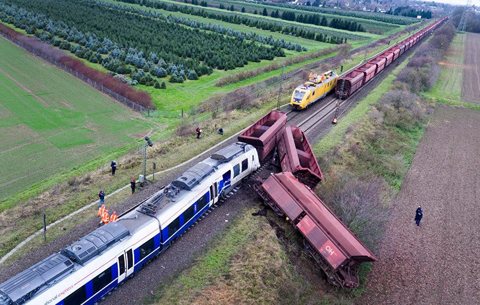 Место столкновения пассажирского и грузового поездов на западе Германии