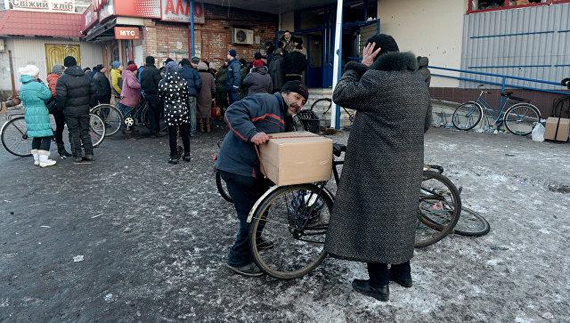 Раздача гуманитарной помощи в Дебальцево. Архивное фото