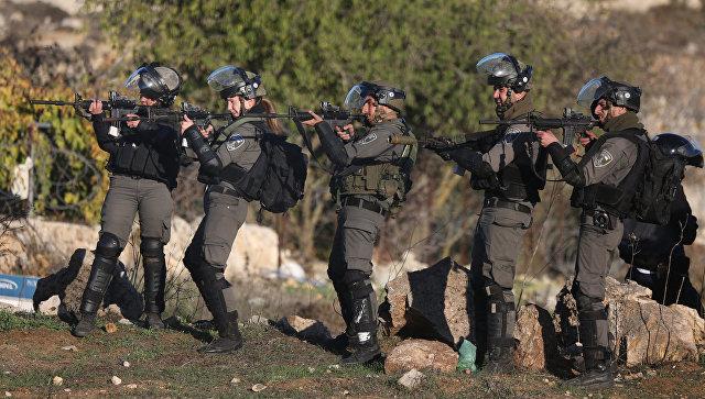 Сотрудники правоохранительных органов в ходе столкновений вблизи Иерусалима с протестующими. 8 декабря 2017