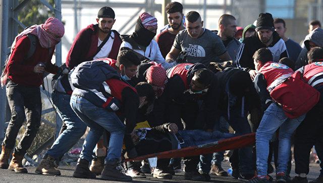 Транспортировка пострадавшего в результате протестов в Палестине против решения США о признании Иерусалима столицей Израиля. 8 декабря 2017