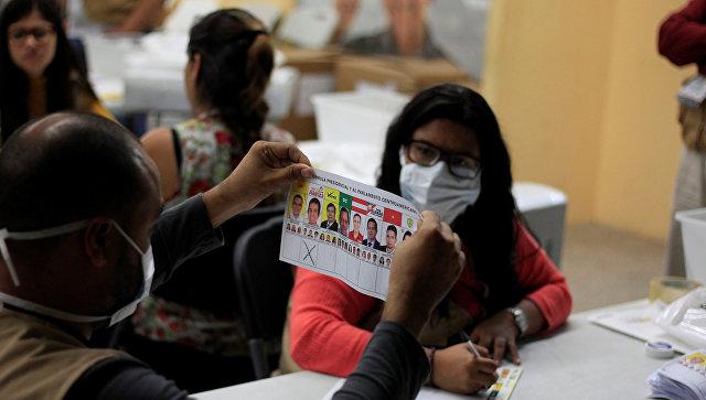 Члены счетной комиссии пересчитывают бюллетени во время частичного пересчета голосов на президентских выборах в центре подсчета голосов в Тегусигальпе, Гондурас. 7 декабря 2017