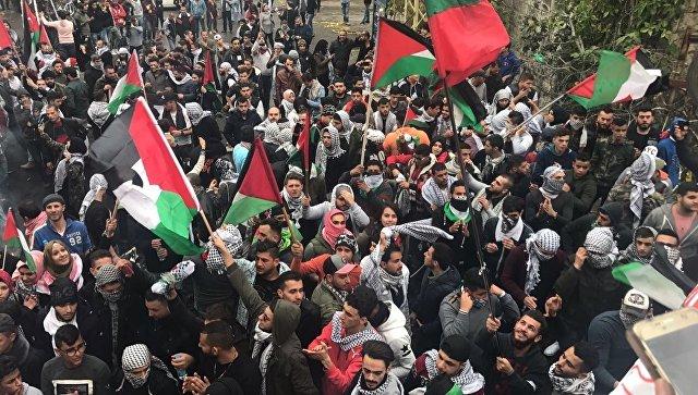 Участники акции протеста против решения президента Трампа по Иерусалиму у здания посольства США в городе Аукар, Ливан. 10 декабря 2017