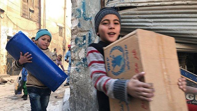 Дети, получившие первую гуманитарную помощь, в восточном квартале Алеппо. Архивное фото