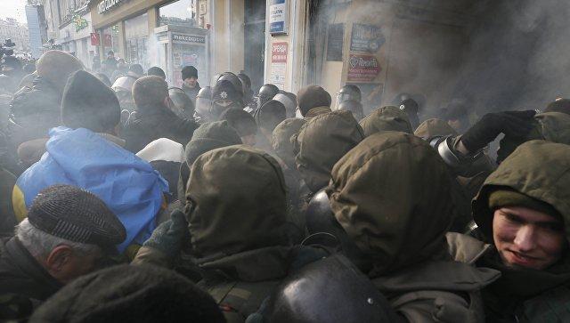 Полицейские и сторонники Михаила Саакашвили у здания суда в Киеве. 11 декабря 2017