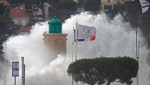 Во Франции объявили оранжевый уровень тревоги из-за шторма «Ана»