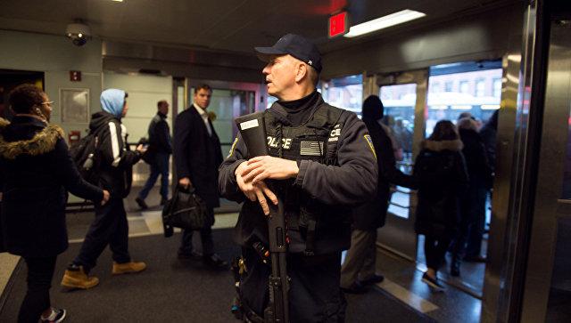 Полицейский на автовокзале Порт-Аторити в Нью-Йорке после сообщения о взрыве. 11 декабря 2017