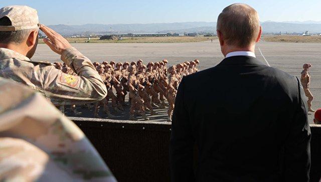 Президент РФ Владимир Путин принимает парад во время посещения авиабазы Хмеймим в Сирии. 11 декабря 2017