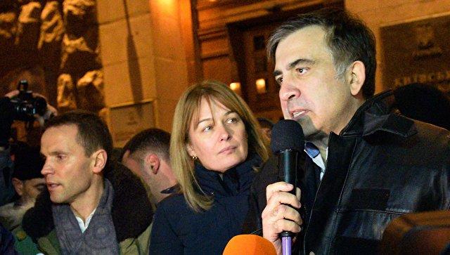 Михаил Саакашвили отвечает на вопросы журналистов неподалеку от площади Независимости в Киеве. 11 декабря 2017