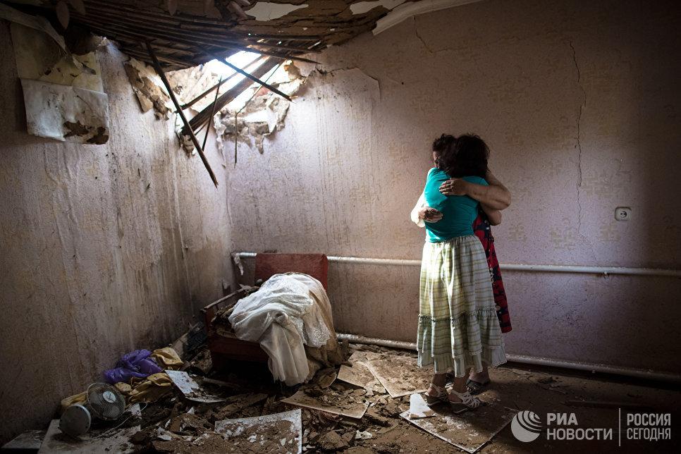 Женщины в доме, разрушенном в результате ночного артобстрела со стороны украинских военных на окраине Славянска