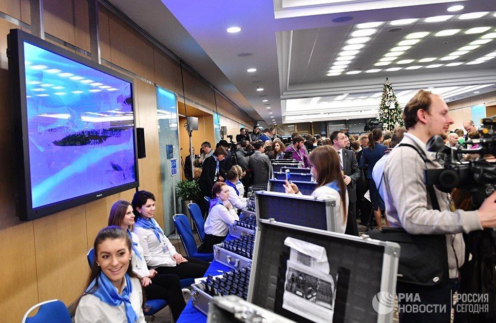 Журналисты перед началом ежегодной большой пресс-конференции президента РФ Владимира Путина