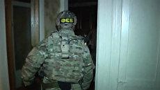 Сотрудники ФСБ РФ во время задержания лиц, подозреваемых в подготовке терактов. 15 декабря 2017