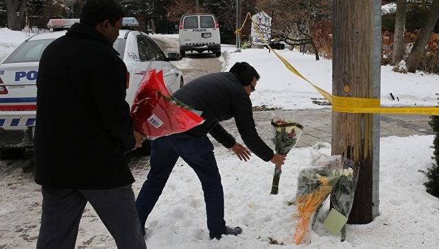 Люди несут цветы к дому миллиардера, основателя канадской фармацевтической фирмы Apotex Inc., Барри Шермана и его жены Хани, которые были найдены мертвыми в подвале своего дома в Торонто, Онтарио, Канада. 17 декабря 2017