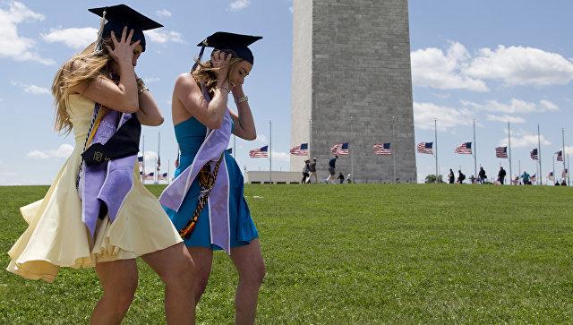 Выпускницы Вашингтонского университета после церемонии вручения дипломов. Архивное фото