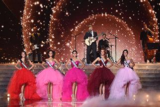 Британский певец Эд Ширан выступает во время конкурса красоты Мисс Франция-2018 в Шатору, Франция. 16 декабря 2017 года