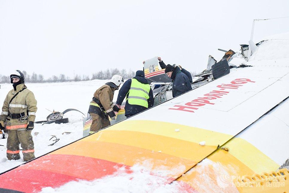 Сотрудники МЧС на месте падения самолёта Ан-2 в аэропорту Нарьян-Мара