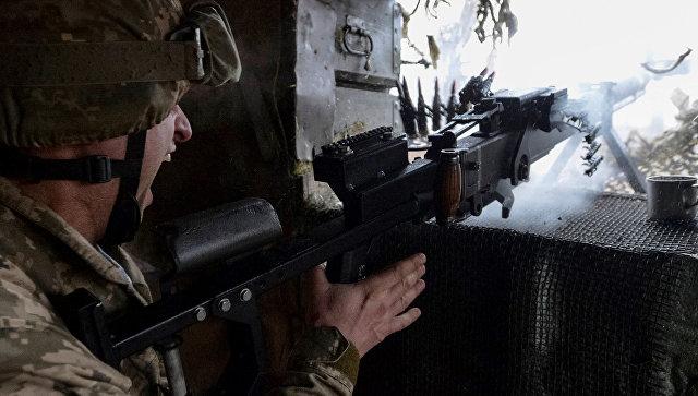 Украинский военный стреляет из пулемета на огневой позиции в Авдеевке