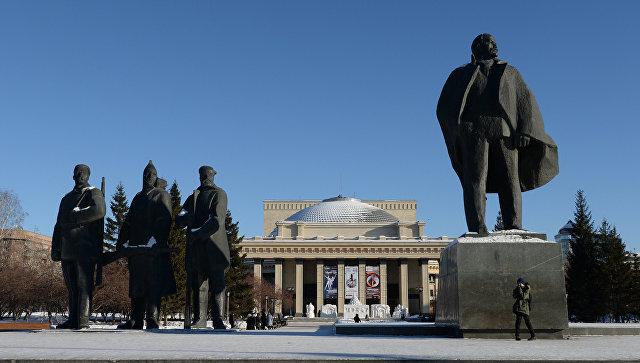 Скульптурная композиция на площади им. Ленина в Новосибирске