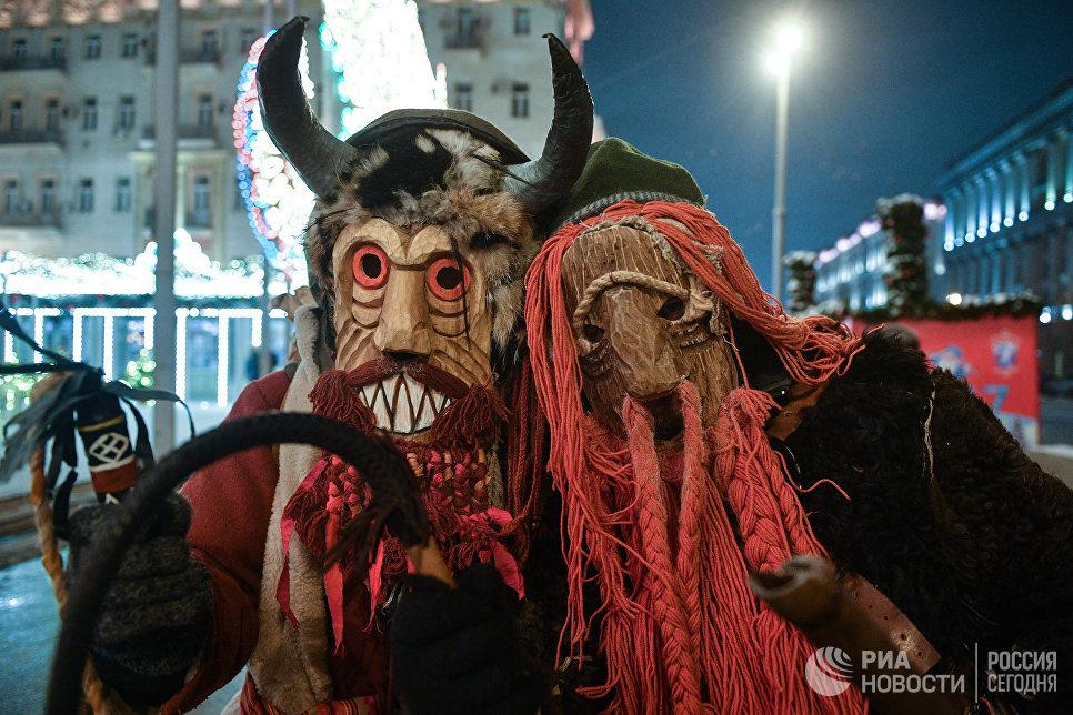 Участники праздничных гуляний в Москве