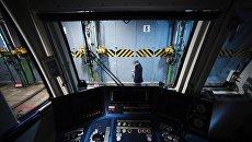 Кабина машиниста поезда метро в Измайловском электродепо. Архивное фото