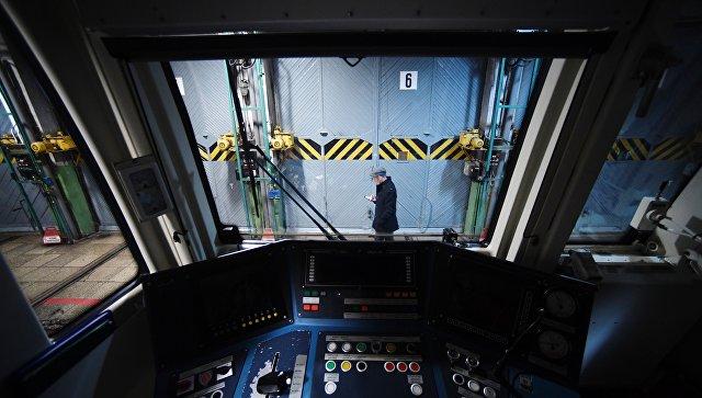 Кабина машиниста поезда метро в электродепо