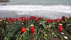 Цветы на набережной в Адлере в память о погибших при крушении самолета Ту-154 Минобороны России