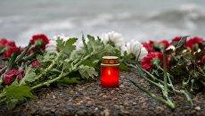 Цветы на набережной в Адлере в память о погибших при крушении самолета. Архивное фото