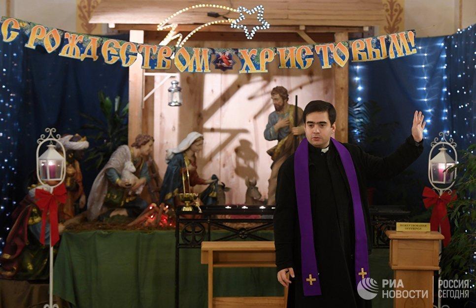 Священнослужитель перед началом празднования Рождества в храме Воздвижения Святого Креста в Казани
