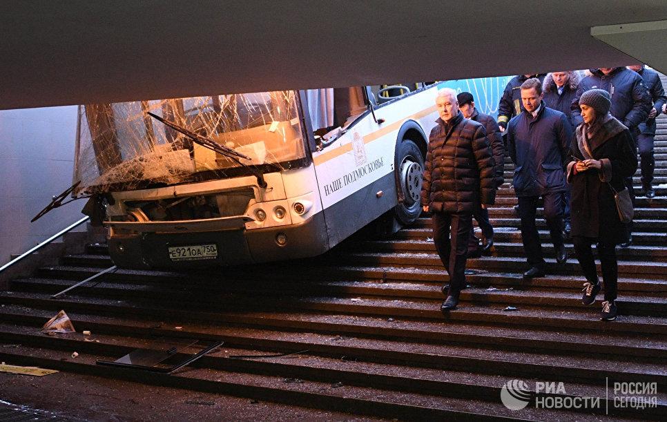 Очевидец: пассажиры автобуса, въехавшего в подземный переход, не пострадали