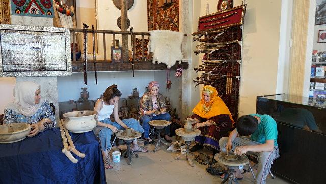 Дагестанские мастера народных ремесел за работой