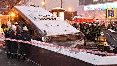 Сотрудники МЧС эвакуируют автобус, въехавший в подземный переход у станции метро Славянский бульвар. 25 декабря 2017