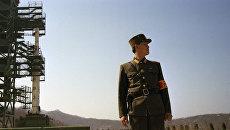 Северокорейский военнослужащий на космодроме Сохэ в провинции Пхёнан-Пукто, КНДР. Архивное фото