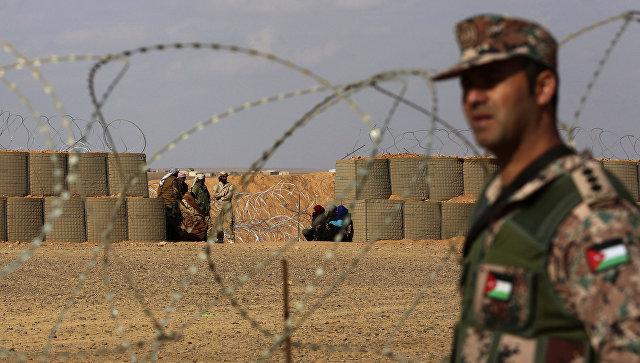 Иорданский военнослужащий возле лагеря беженцев Эр-Рукбан на сирийско-иорданской границе. Архивное фото
