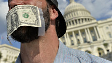Доллар на лице человека у Белого дома. Архивное фото