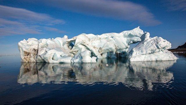 Айсберг у берегов одного из островов архипелага Земля Франца-Иосифа. Архивное фото