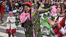 Горожане в национальных костюмах на праздновании Навруза. Архивное фото