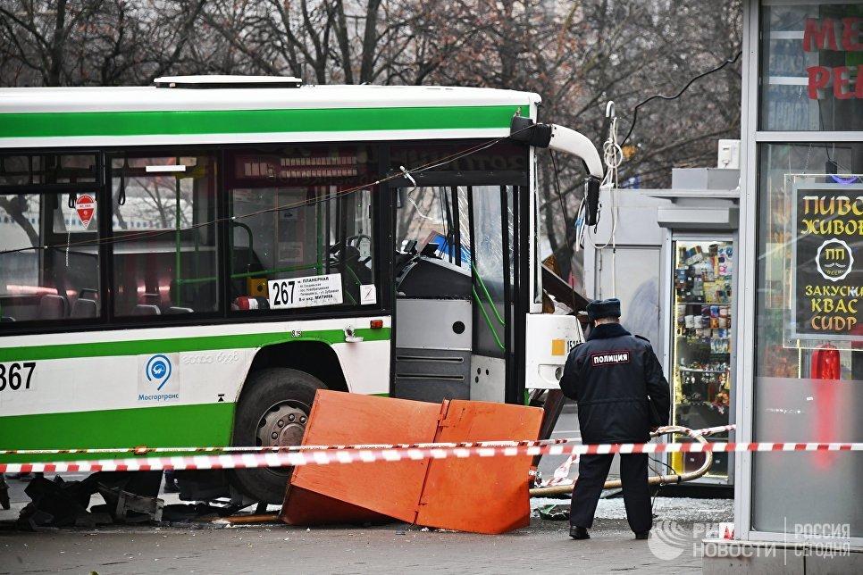 Сотрудник правоохранительных органов у пассажирского автобуса, въехавшего в остановку на Сходненской улице в Москве. 29 декабря 2017