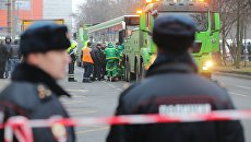 Эвакуация пассажирского автобуса, въехавшего в остановку на Сходненской улице в Москве. 29 декабря 2017