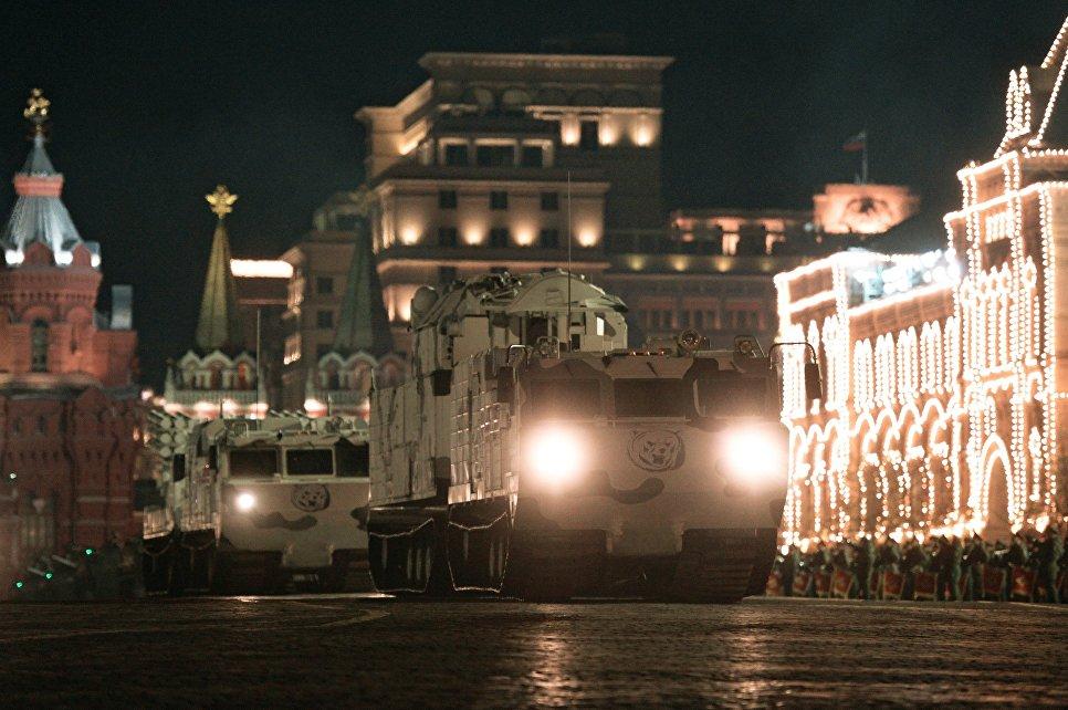 Арктический комплекс ПВО Тор-М2ДТ на базе вездехода Витязь на репетиции парада Победы на Красной площади в Москве