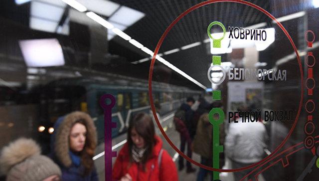 Пассажиры на станции метро Ховрино в Москве. 31 декабря 2017